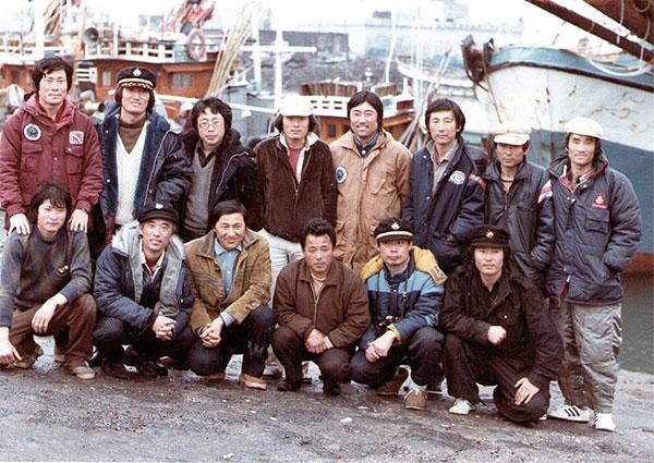 이어도 탐사에 성공한 후 한림항으로 무사히 귀환한 탐사팀의 단체 기념 사진. 위쪽 줄 왼쪽에서 두번째가 필자인 장순호 부대장.